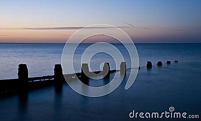 Salida del sol larga imponente de la exposición sobre el mar tranquilo