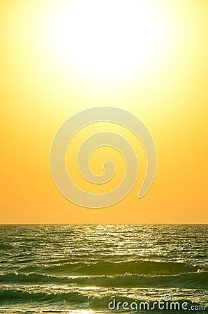 Salida del sol sobre el océano