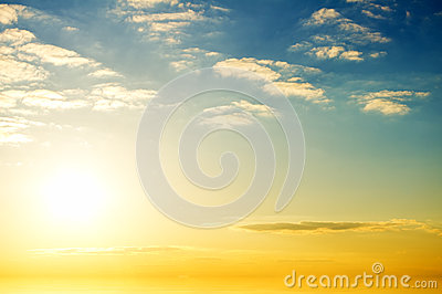 Salida del sol sobre el océano.