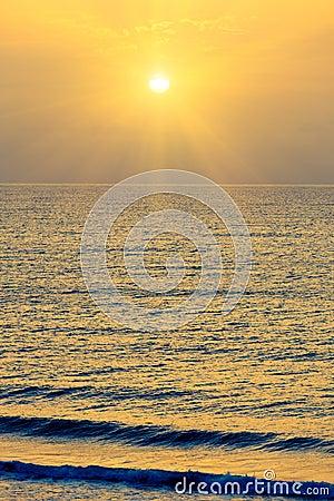 Salida del sol sobre Océano Atlántico