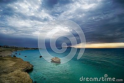 Salida del sol y océano de la turquesa