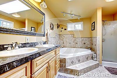 salle de bains de luxe avec la baignoire de style de jacuzzi le plancher en pierre et le bl photo stock image 67348326 - Salle De Bain De Luxe Avec Jacuzzi