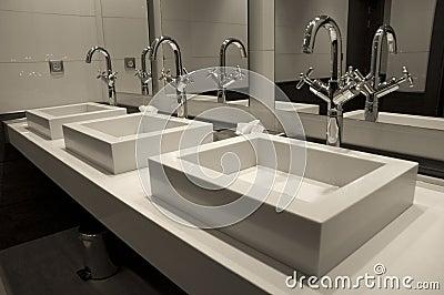 Salle de bains de luxe moderne photographie stock libre de for Salle de bain de luxe moderne
