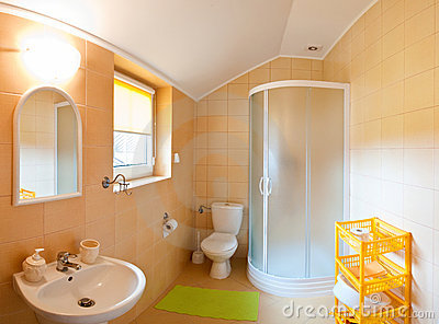 Salle de bains grande-angulaire