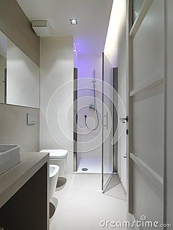Salle de bains moderne avec le compartiment de douche for Salle de bain moderne avec douche