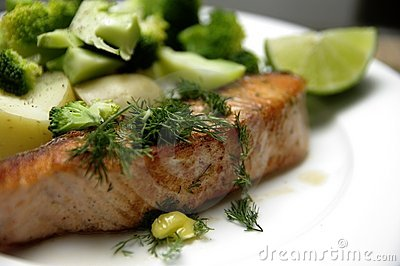 зажженный salmon стейк