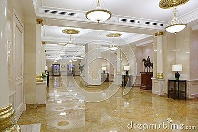 Salão claro com o assoalho de mármore no hotel Ucrânia Foto Editorial