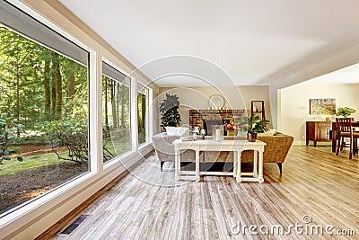 Salon lumineux spacieux avec le mur de verre photo stock for Salon lumineux