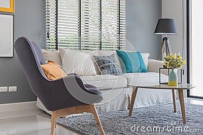 Salon moderne avec la chaise et le sofa modernes photo for Chaise moderne salon