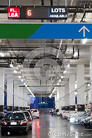 Salowi samochody parkuje z elektroniczną deską