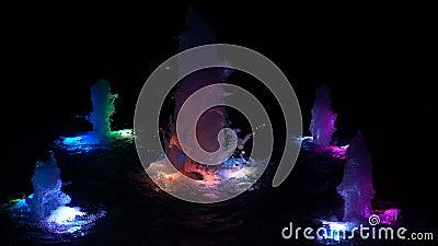 salpicaduras de agua multicolor Papel de fondo en directo en cámara lenta almacen de video