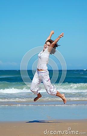 Salto de la diversión de la playa para la alegría