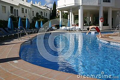 Salto de la persona en una piscina