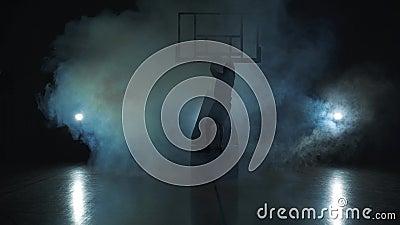 Salto do basquetebol - silhueta escura de um homem Fundo preto na nuvem de fumo vídeos de arquivo
