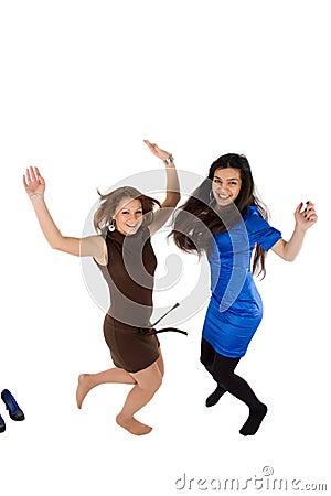 Salto feliz de dos muchachas