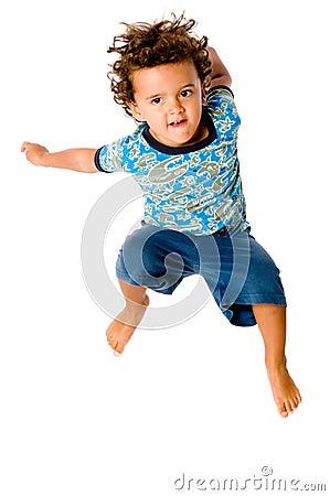 Salto joven del muchacho