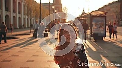 Salto lindo feliz de la muchacha al aire libre en las calles de la puesta del sol de la tarde de la ciudad almacen de metraje de vídeo