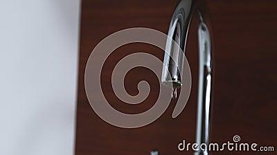 Salvando agua potable en casa almacen de video