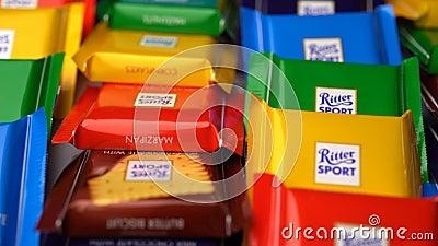 Samara, Federação Russa - 13 de agosto de 2018: Os chocolates do esporte de Ritter mini gerenciem o fundo Esporte de Ritter - um  vídeos de arquivo