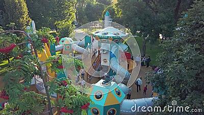 SAMARA, ROSJA - SEP, 2019: otwarty plac zabaw w parku we wczesnej jesieni słoneczne wieczorne anteny zbiory wideo