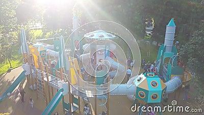 SAMARA, ROSJA - SEP, 2019: wesołe dzieci bawią się na wolnym placu zabaw w parku latem, widok z lotu ptaka zbiory