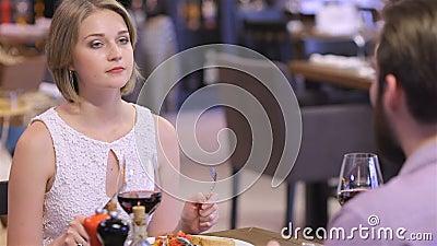 Samenwerkings romantisch diner in een restaurant stock videobeelden