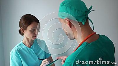 Samiec i stażystka dyskutują o problemach z pracą Personel medyczny w pracy zbiory wideo