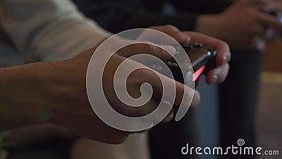 Samiec wręcza bawić się gra wideo w hazardu izbowym obsiadaniu na kanapie w górę Przyjaciele walczy używać joystick wideo zdjęcie wideo