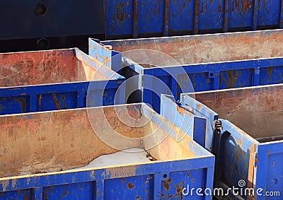Samling av tomma blåa behållare i vinter