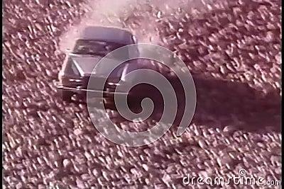 Samochodowego jeżdżenia puszka skalisty wzgórze i rozbijać zbiory wideo