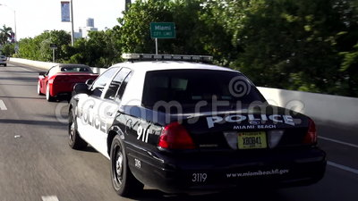 Samochodu policyjnego jeżdżenie na ulicy Miami plaży polici usa pejzażach miejskich zdjęcie wideo