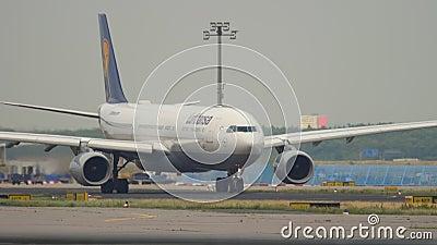 Samolot Airbus A330 przed odlotem zbiory