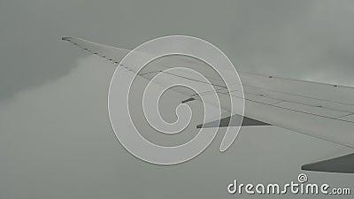Samolot lecący przez chmurę zbiory wideo
