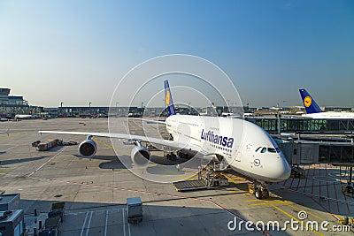 Samolot przygotowywający dla wsiadać Obraz Editorial
