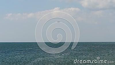 Samolot zbliżający się nad oceanem zbiory