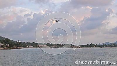 Samolotowy latanie nad tropikalną górą samolot ląduje na wyspie przeciw chmurnemu zmierzchu niebu swobodny ruch 3840x2160 zbiory