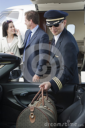 Samolotu Pilotowy Utrzymuje bagaż W samochodzie
