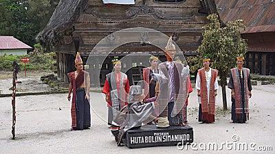 SAMOSIR INDONESIEN - 22 JUNI 2016: Det etniska batakfolket utför traditionell dans stock video