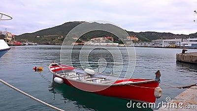 Samotna czerwona łódź ratownicza zbiory wideo
