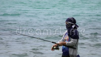 Samui, Tailandia - 15 de agosto de 2018: Pescador de sexo femenino local Catching Fish en el mar almacen de video