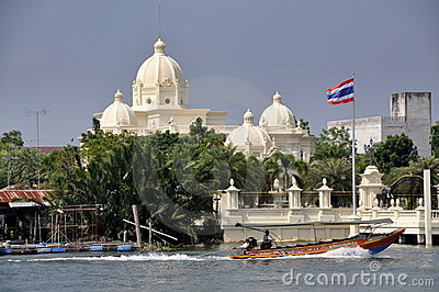 Samut Songkhram, Thailand: Longboat and Mansion Editorial Photo