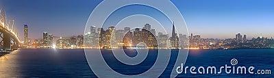San Fransisco linia horyzontu przy półmrokiem