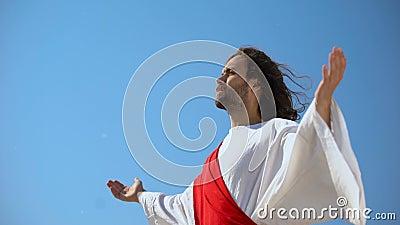 San uomo che guarda il cielo a mani aperte, Gesù resurrezione e ascensione stock footage