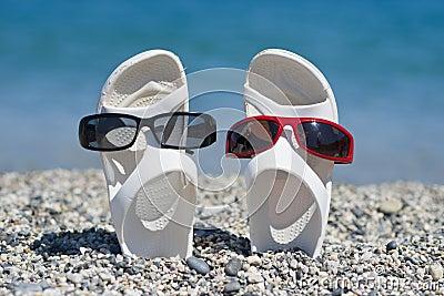 Sandálias engraçadas na praia