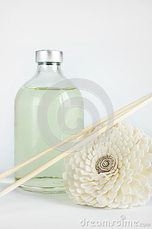 Sandała olej w szklanej butelce i kijach dla zdroju
