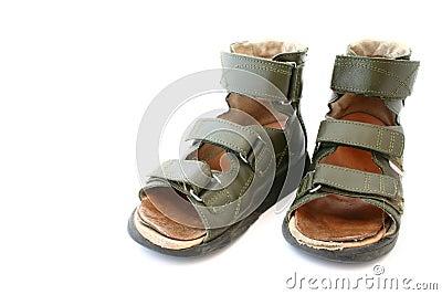 Sandalias ortopédicas de los niños usados