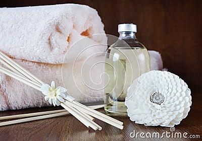 Sandelhoutolie in een fles en stokken voor aromatherapy