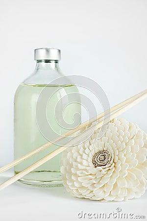 Sandelhoutolie in een glasfles en stokken voor kuuroord