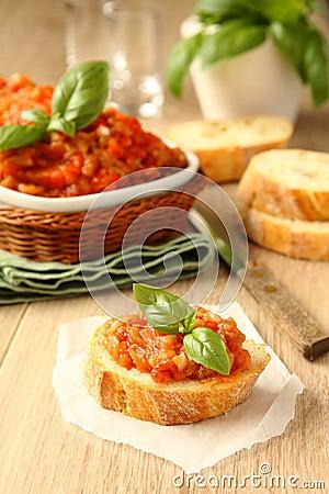 Sanduíches abertos com salada da beringela (caviar), alimento ucraniano