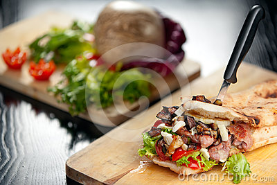 Sanduíche italiano com salsicha e beringela